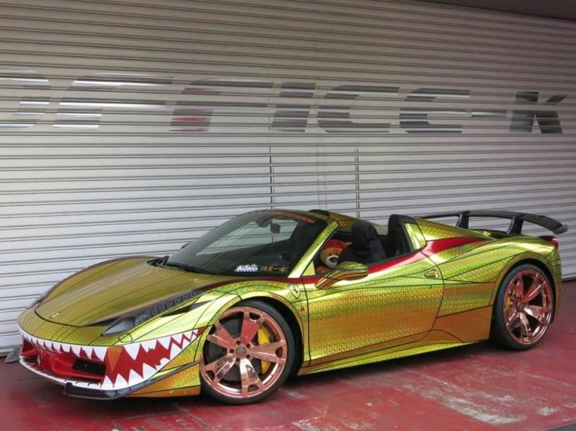 Ferrari Golden Shark: envelopamento em vinil dourado e dentes de tubarão