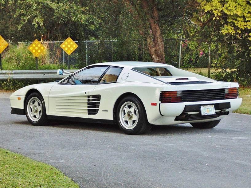 Ferrari Testarossa do seriado Miami Vice: branca e sem retrovisor do lado direito