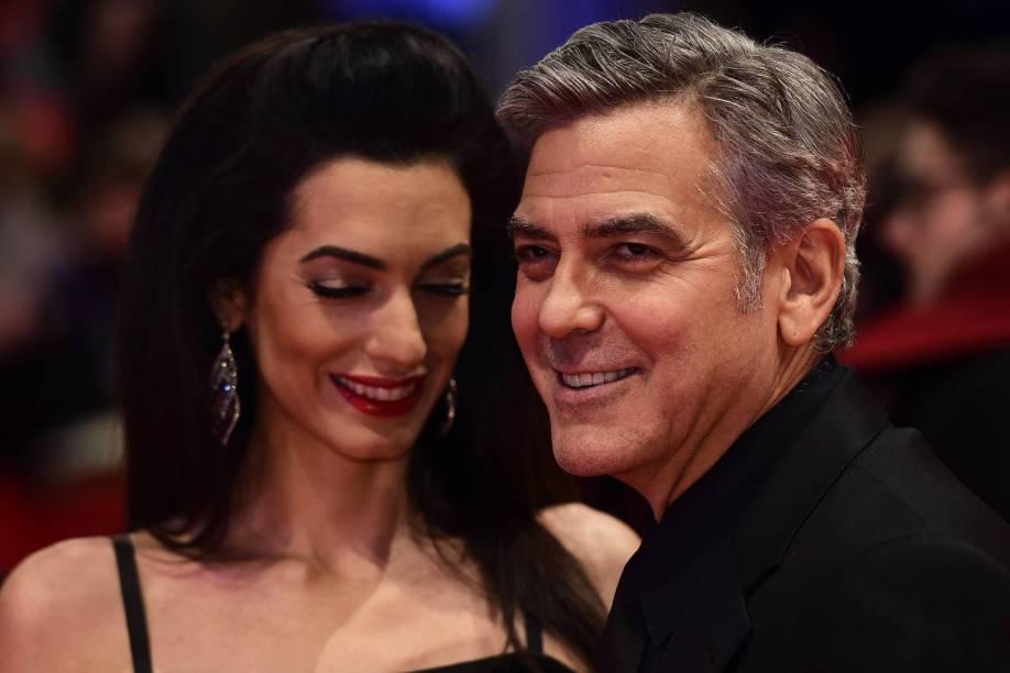 Ator americano George Clooney, e sua esposa Amal Alamuddin, posa para fotógrafos, na chegada ao tapete vermelho,para o filme Ave, César!, que será exibido na abertura do Festival de cinema de Berlim, na Alemanha, nesta quinta (11)