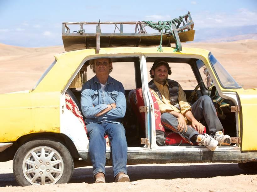 Richie Lanz (Bill Murray) fica amigo do taxista local vivido por Arian Moayed no filme Rock em Cabul