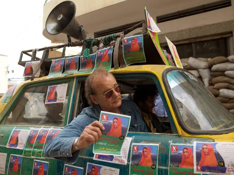 Murray interpreta Richie Lanz, um empresário do mundo musical, em cena do filme Rock em Cabul