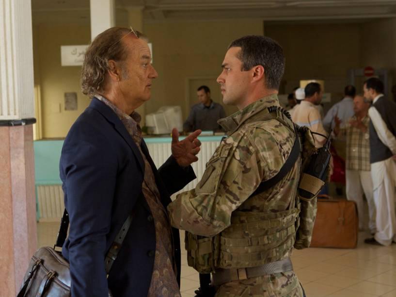 Richie Lenz (Bill Murray) e Barnes (Taylor Kinney) no filme Rock em Cabul