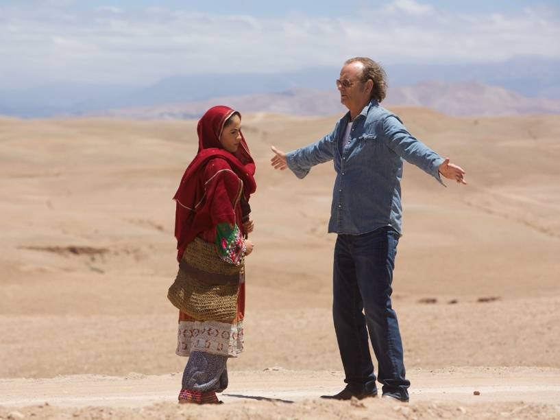 No afeganistão, o personagem de Bill Murray descobre Salima Khan (Leem Lubany), uma cantora que sonha participar de um reality show