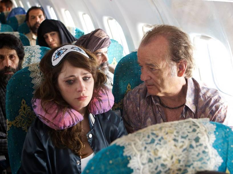 Richie Lanz (Bill Murray) e a aspirante a cantora Ronnie (Zooey Deschanell) no filme Rock em Cabul