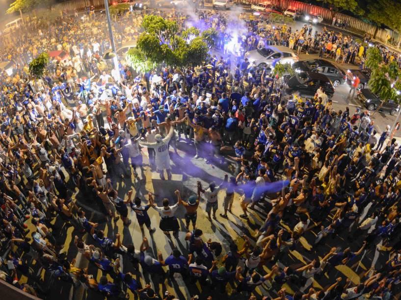 Torcida recepciona a equipe na chegada ao Estádio Magalhães Pinto, o Mineirão, em Belo Horizonte (MG), para o clássico contra o Atlético Mineiro, que acontece na noite desta quarta-feira (26), válida pela final da Copa do Brasil