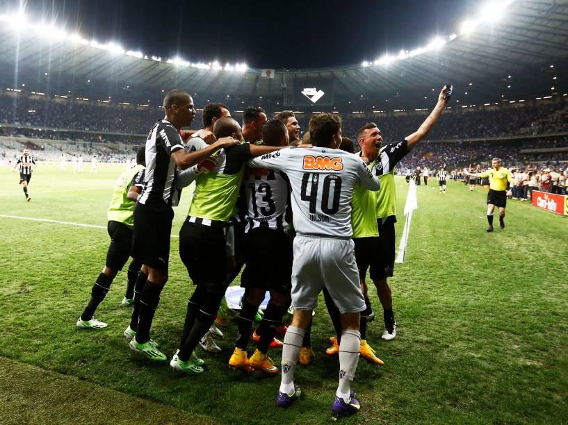 Jogadores do Atlético-MG comemoram o gol de Diego Tardelli contra o Cruzeiro no jogo da final da Copa do Brasil, no Estádio Mineirão em Belo Horizonte