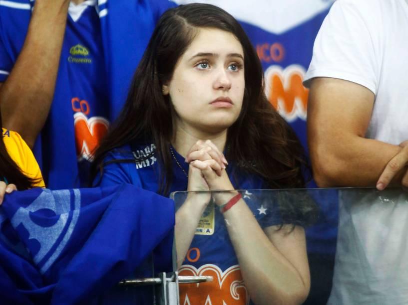 Torcedora do Cruzeiro lamenta a derrota na final da Copa do Brasil, no Estádio Mineirão em Belo Horizonte