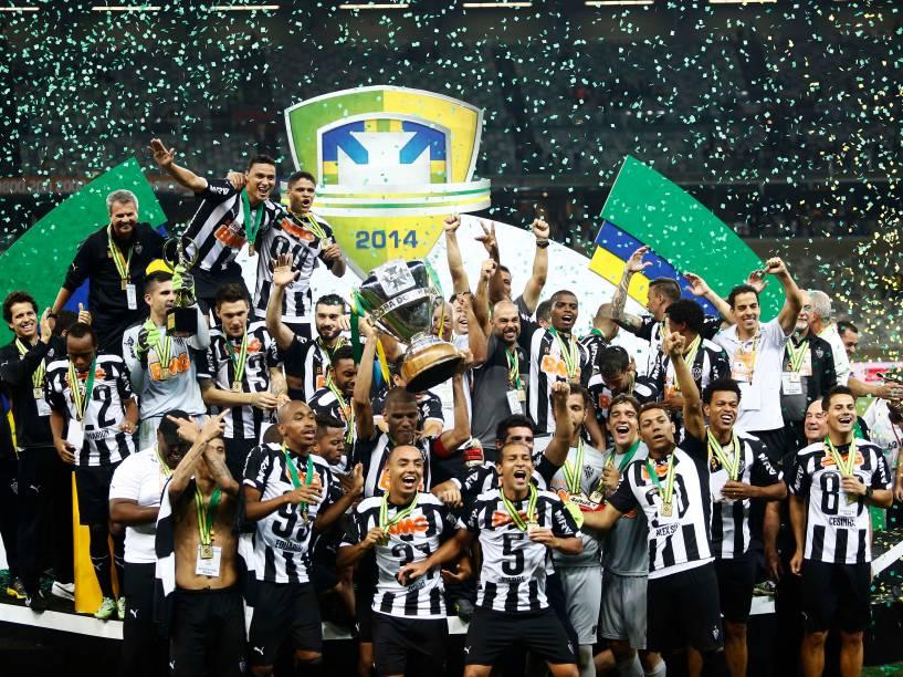 Jogadores do Atlético-MG erguem a taça de campeão da Copa do Brasil, no Mineirão