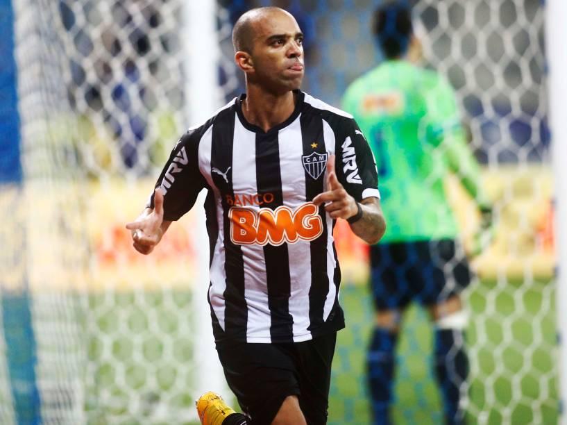 Diego Tardelli comemora gol marcado contra o Cruzeiro, no Estádio Mineirão em Belo Horizonte