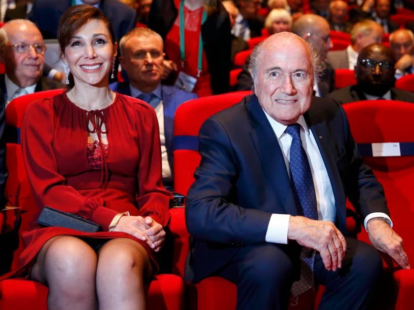 Sepp Blatter, e a namorada, Linda Barras, na abertura do 65º congresso da Fifa, nesta quinta-feira (28), na sede da entidade, em Zurique