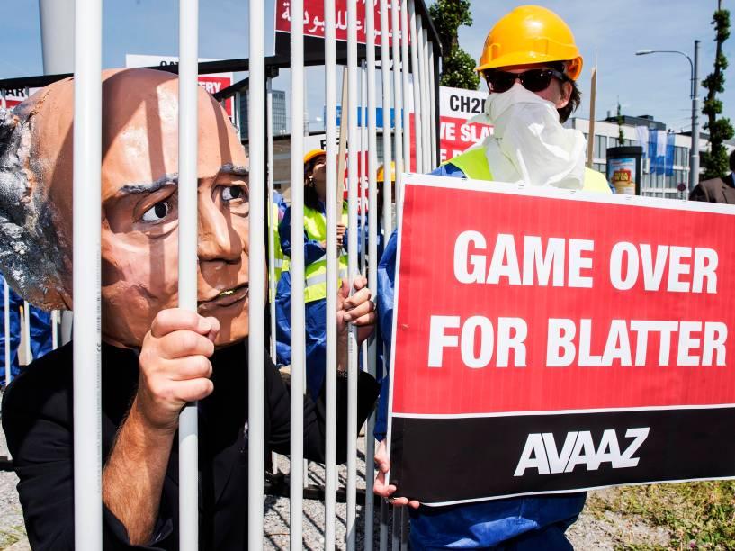 Ativistas protestam contra o presidente da Fifa, Joseph Blatter, em Zurique, na Suíça