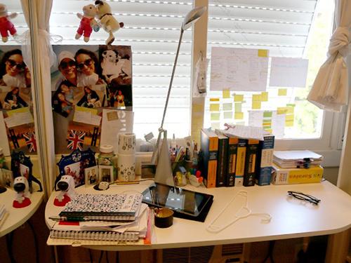 O quarto de Francieli, com suas várias anotações