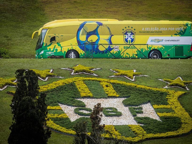 Ônibus com os jogadores da seleção brasileira na chegada a Granja Comary