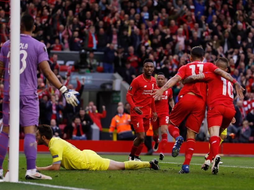 Daniel Sturridge, Philippe Coutinho e Roberto Firmino, do Liverpool, comemoram após Bruno Soriano, do Villareal, marcar gol contra, no jogo de volta das semifinais da Liga Europa - 05/05/2016
