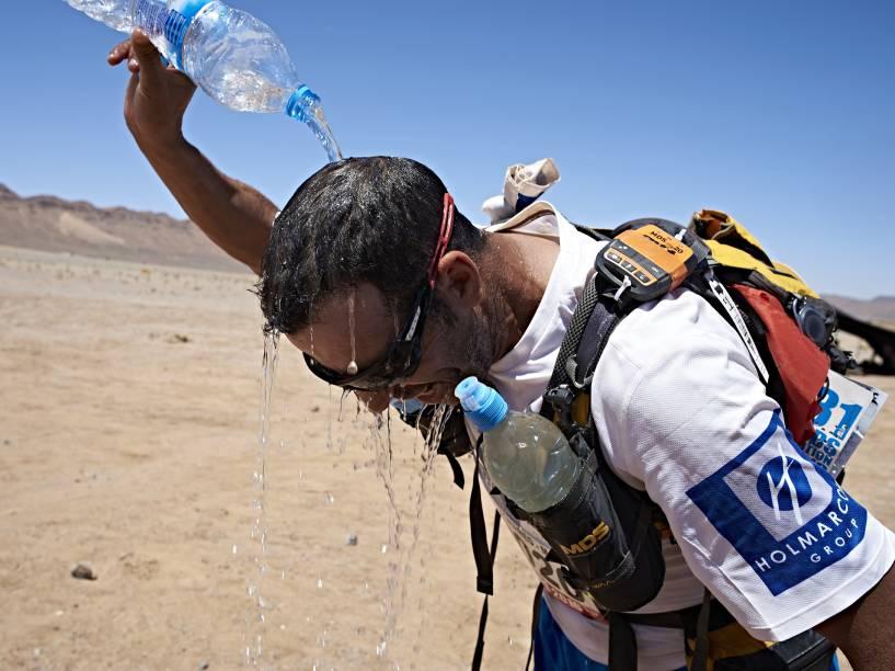 Os competidores recebem em média nove litros de água da organização para manter a hidratação do corpo diante do cenário de extrema aridez