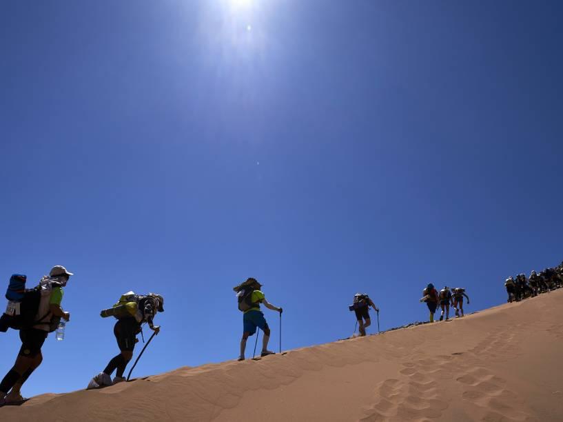 Os competidores enfrentam condições extremas de temperatura que oscila de 0 grau à noite aos 50 graus durante o dia
