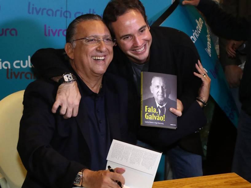 """O comentarista Caio Ribeiro cumprimenta Galvão Bueno durante o lançamento do livro """"Fala, Galvão"""""""