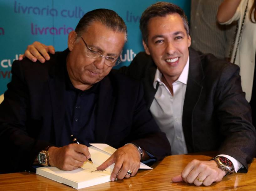 """Narrador Nivaldo Prieto cumprimenta Galvão Bueno durante o lançamento do livro """"Fala, Galvão"""""""