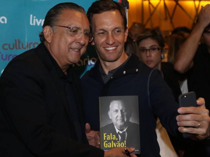 """Luciano Burti cumprimenta Galvão Bueno durante o lançamento do livro """"Fala, Galvão"""""""