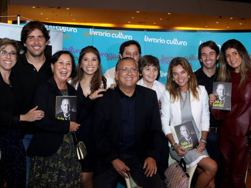 """Galvão Bueno posa com a família durante o lançamento do livro """"Fala, Galvão"""""""