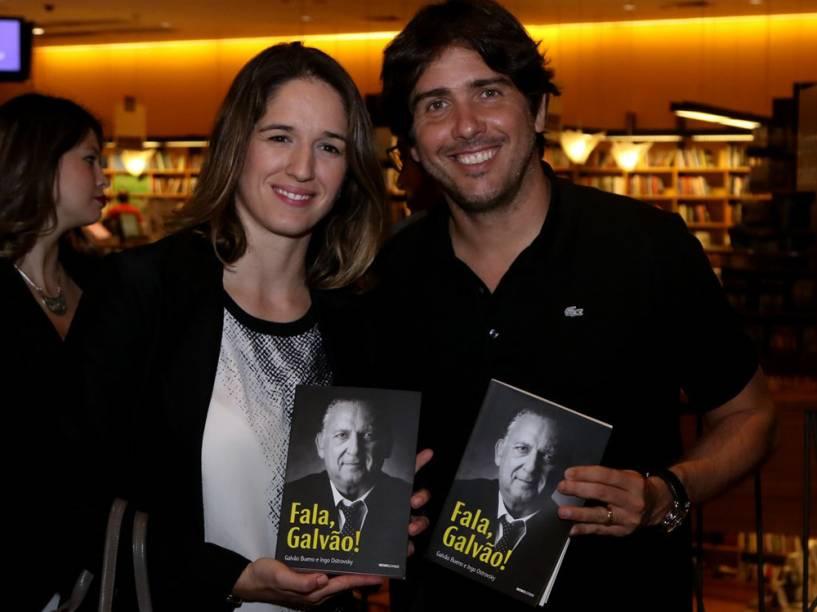 """Bia Figueiredo e o filho de Galvão, Cacá Bueno participam do lançamento do livro """"Fala, Galvão"""""""