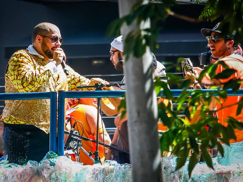 O cantor e ator Tiago Abravanel comanda o Bloco Gambiarra na Avenida Faria Lima, zona oeste da cidade de São Paulo