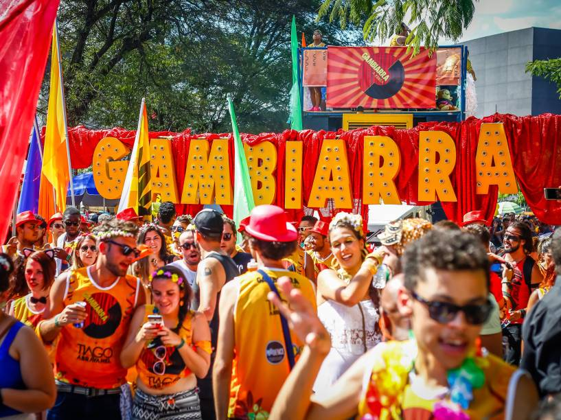 Bloco Gambiarra desfila pela Avenida Faria Lima, zona oeste da cidade de São Paulo