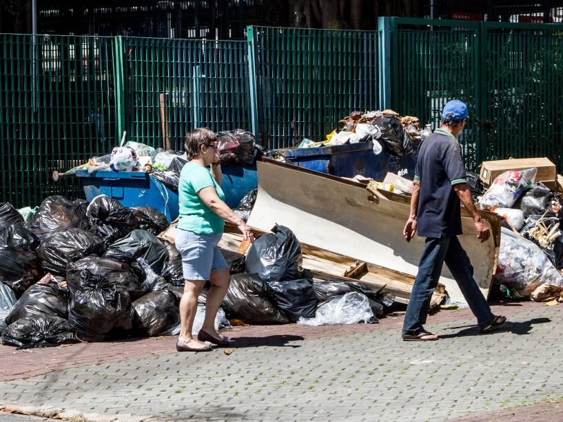 Acúmulo de lixo em São Caetano do Sul, na Grande São Paulo. Garis da cidade mantém greve
