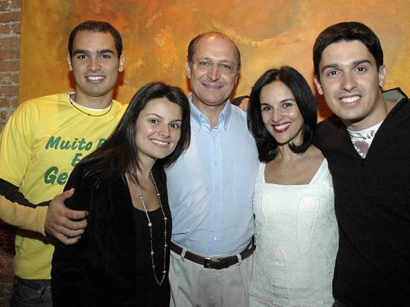 Geraldo Alckmin e Lu Alckmin com os filhos Thomaz, Sophia e Geraldinho, durante comemoração do 54º aniversário do ex-governador, ocorrida no restaurante Chácara Santa Cecilia