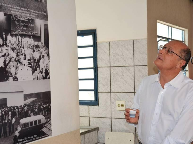 O Governador Geraldo Alckmin no aeroporto de Catanduva, interior de SP, logo após receber a notícia do acidente que matou seu filho Thomaz Alckmin
