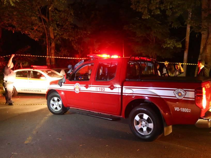 Movimentação da polícia e da imprensa na entrada da rua onde um helicóptero caiu sobre um imóvel na tarde desta quinta-feira, 02, em Barueri, na Região Metropolitana de São Paulo