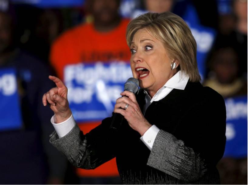 A pré-candidata Hillary Clinton discursa em Detroit