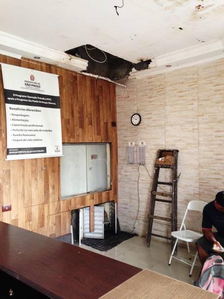 Entrada do Hotel Seoul com um buraco no teto; local é um dos que abrigam mais gente do programa