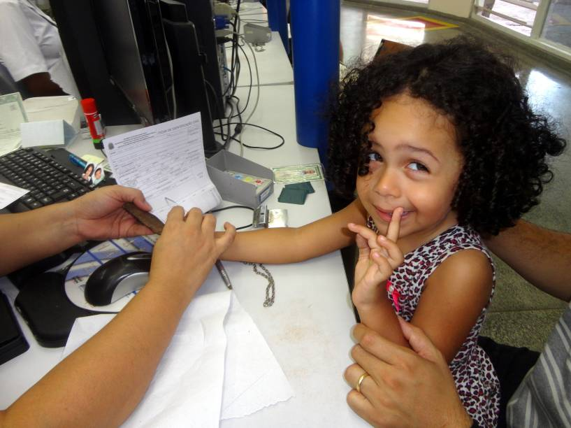 Lara, de três anos, tira sua carteira de identidade. Mais de 280 mil crianças de até três anos tiraram o RG nos postos do Poupatempo, em São Paulo, entre janeiro de 2014 e maio de 2015