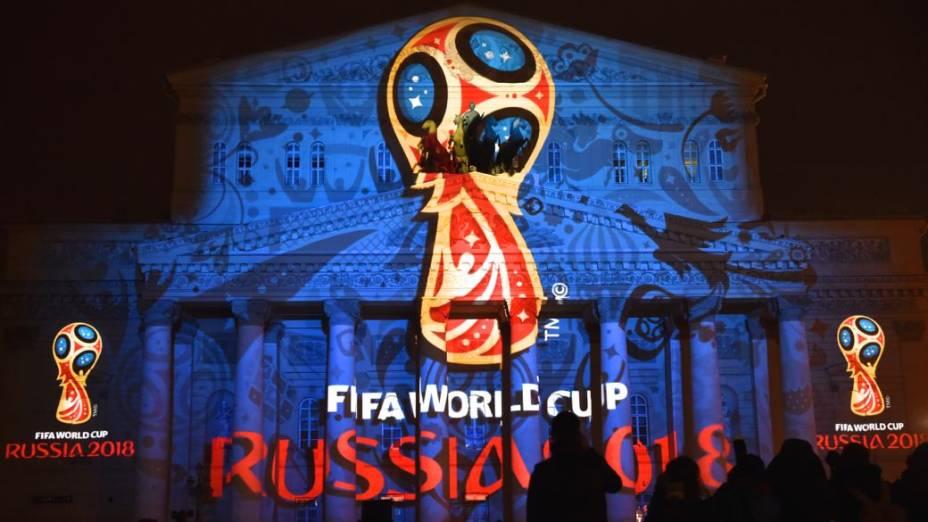 A logomarca da Copa do Mundo de 2018 é projetada na fachada do Teatro Bolshoi, em Moscou