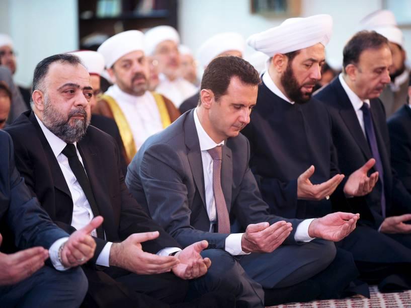 O presidente sírio, Bashar al-Assad, acompanhou nesta sexta-feira a oração do Eid Al-Fitr, a festa do fim do jejum do Ramadã, em uma mesquita em Damasco - 17/07/2015