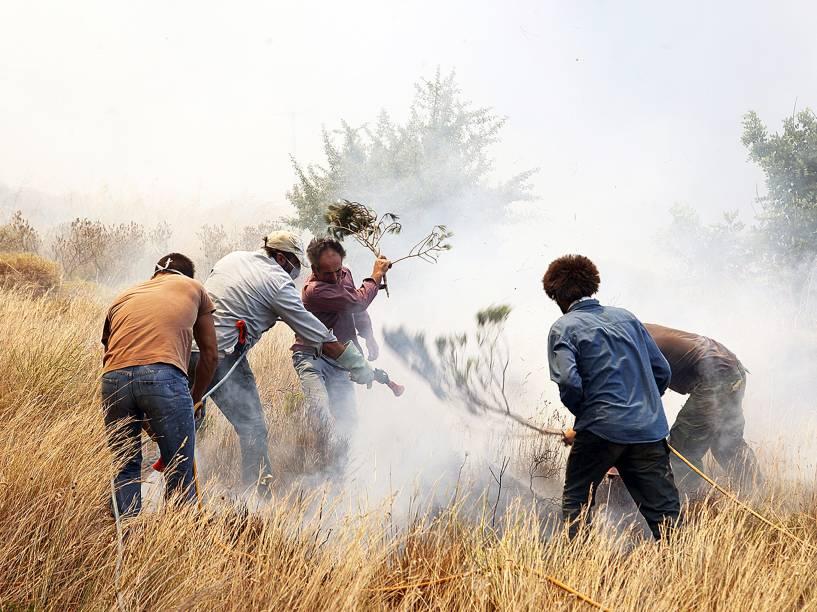 Moradores tentaram apagar um incêndio na aldeia de Neapoli, no Peloponeso, sul da Grécia. Incêndios na região causaram a evacuação de cinco aldeias. Mais de 120 bombeiros foram enviados para a área, apoiados por 50 carros, quatro aviões e dois helicópteros