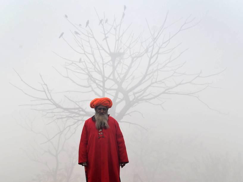 Homem em uma rua de Lahore, no Paquistão. O período contínuo de densa neblina atrapalha a chegada e partida de voos e trens na província paquistanesa de Punjab
