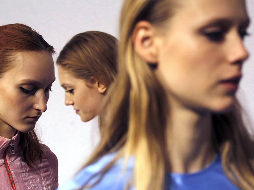Modelos nos bastidores da semana de moda de Milão, na Itália