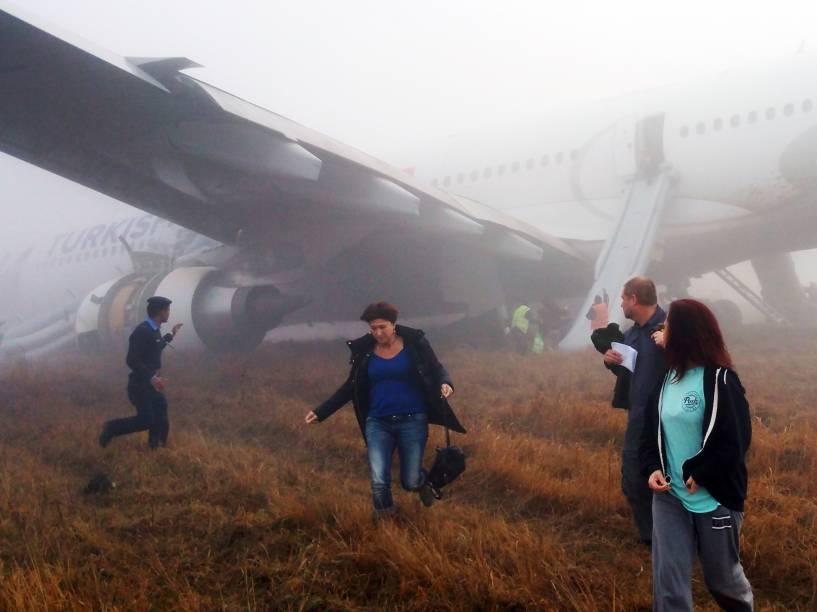 Passageiros do avião da Turkish Airlines, são resgatados após o ele derrapar e sair da pista durante o pouso no Aeroporto Internacional de Tribhuvan, em Karmandu (Tailândia) - 04/03/2015