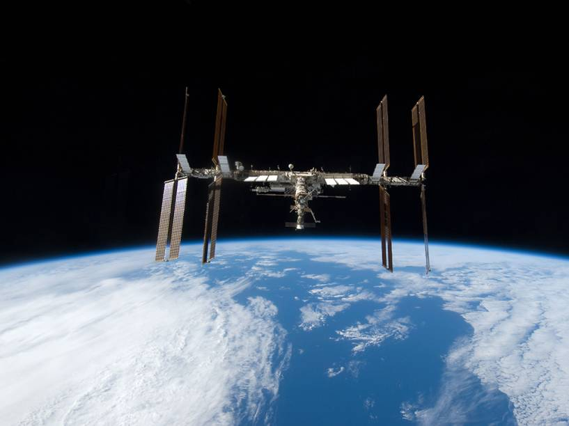 Segundo informações oficiais, um vazamento de substância do sistema de refrigeração de parte da Estação Espacial Internacional obrigou a equipe de astronautas a abandonar o lado americano da plataforma e seguir para a área russa da ISS