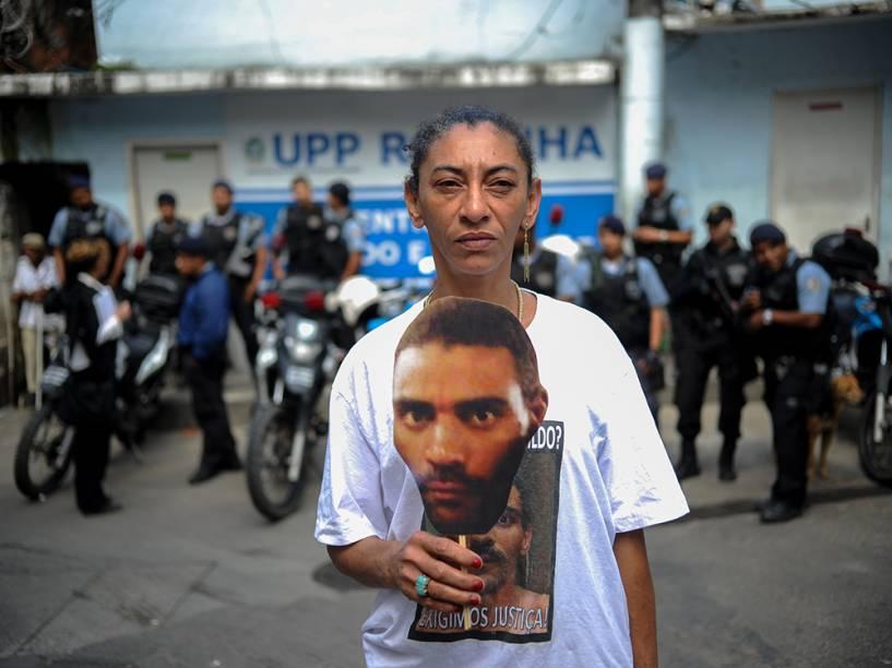 Elizabeth Gomes, esposa de Amarildode Souza, participa deato na favela da Rocinha, refazendo o trajeto onde o ajudante de pedreiro foi visto pela última vez, quando foi levado por policiais militares para a sede da Unidade de Polícia Pacificadora (UPP) da comunidade