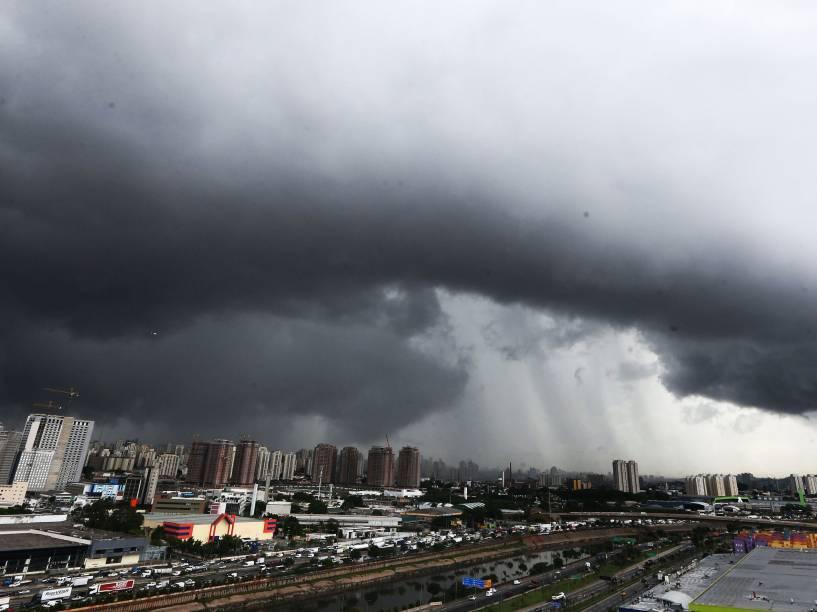 Nuvens escuras e carregadas vistas sob a zona sul de São Paulo antes da chuva que atingiu a cidade na tarde desta quarta-feira (26)