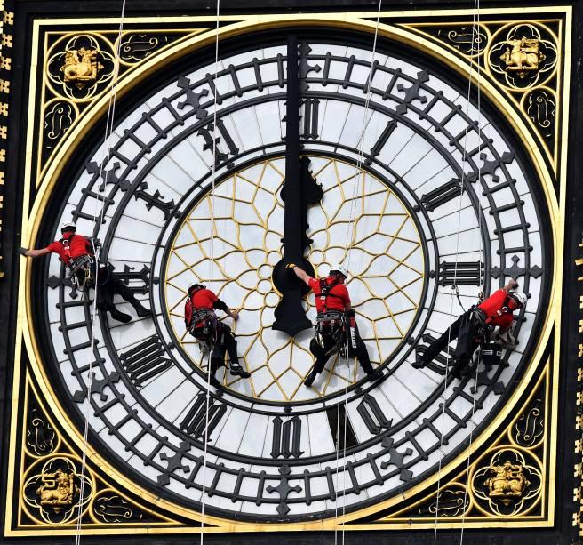 Operários subiram no Big Ben, em Londres, para limpar uma das quatro faces do relógio mais famoso do mundo. Equipados com cordas e protetores auriculares, os técnicos literalmente escalaram o campanário do Palácio de Westminster, sede do Parlamento britânico