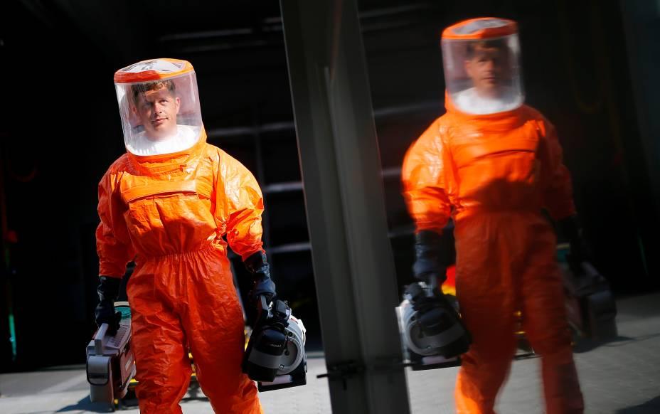 Paramédicoscom equipamentosde proteção contra o vírus Ebola são vistos em Frankfurt, na Alemanha. O país está enviando ajuda humanitária a cinco regiões da África que sofrem com os surtos da doença