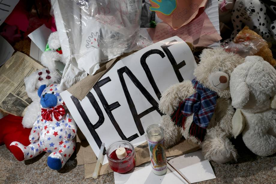 Nos Estados Unidos, memorialpara Michael Brown é visto perto do local onde ele foi baleado pela polícia em 22 de agosto, na cidade de Ferguson, no Estado deMissouri. Nesta sexta-feira (22) manifestantes foram vocal pedindo justiça pelamorte do garoto