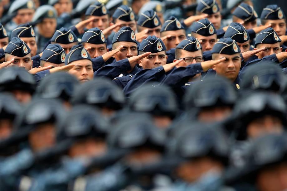 Membros do exército saudama bandeira nacional durante sua apresentação na sede da Polícia Federal, na Cidade do México