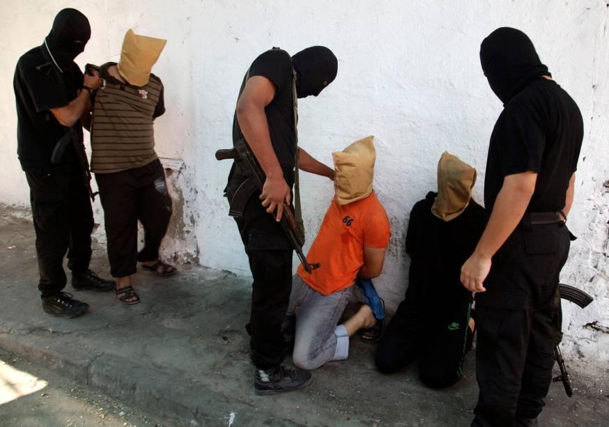 O Hamas anunciou que 18 palestinos acusados de colaboração com Israel foram executados na Faixa de Gaza. Seis deles foram mortos diante de uma mesquita por homens com o uniforme das Brigadas Ezedin al-Qasam, braço armado do grupo
