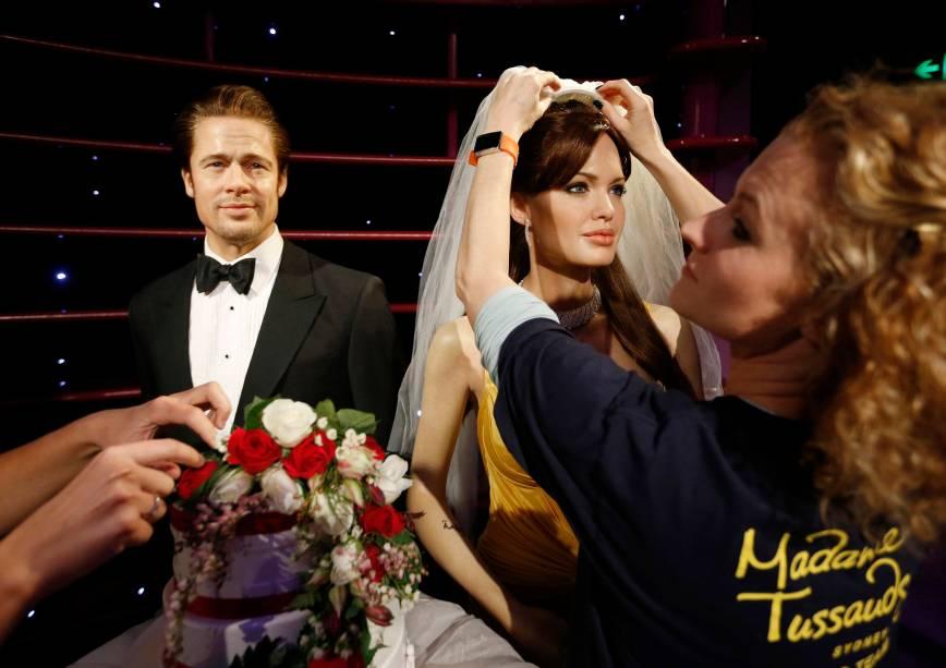 Estátua de cera da atriz Angelina Jolie recebe um véu de noiva por funcionário do museu Madame Tussauds de Sydney, ao lado de um modelo de cera do ator Brad Pitt, em comemoração ao anúcio do casamento recente