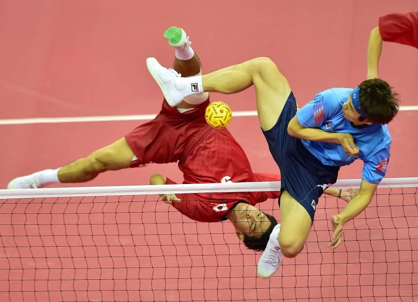 Jogadores do Japão e Coreia do Sul disputam partida de Sepaktakraw durante os Jogos Asiáticos de 2014, em Bucheon, na Coreia do Sul